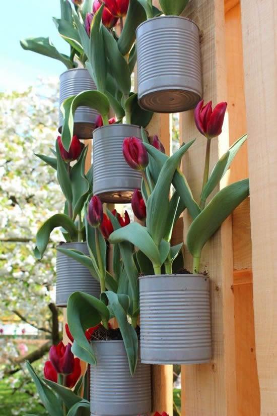 Decoração com jardim vertical de latas