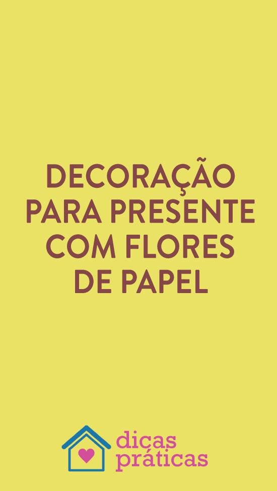 Decoração de presente com flores de papel