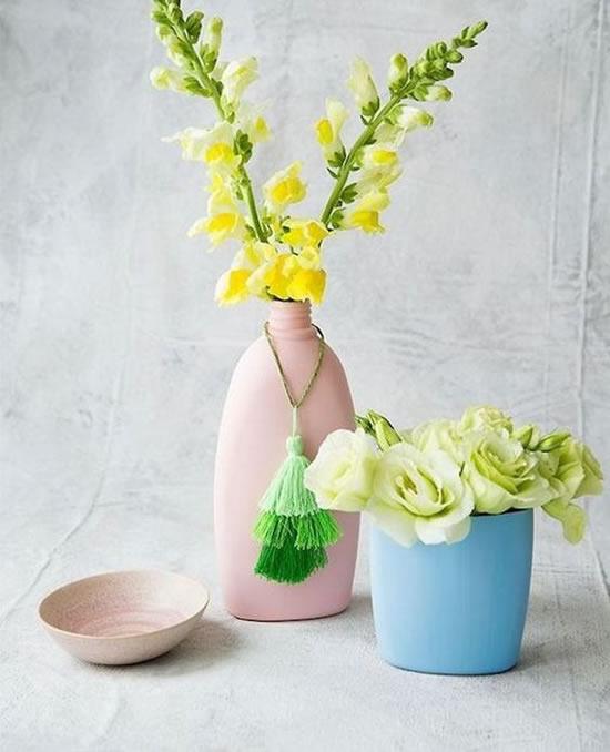 Vasos com potes de shampoo
