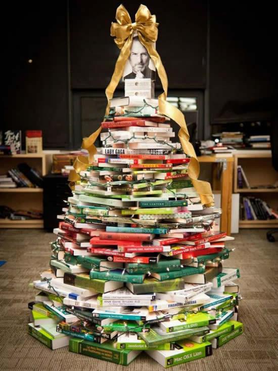 Árvore de Natal com livros para decoração