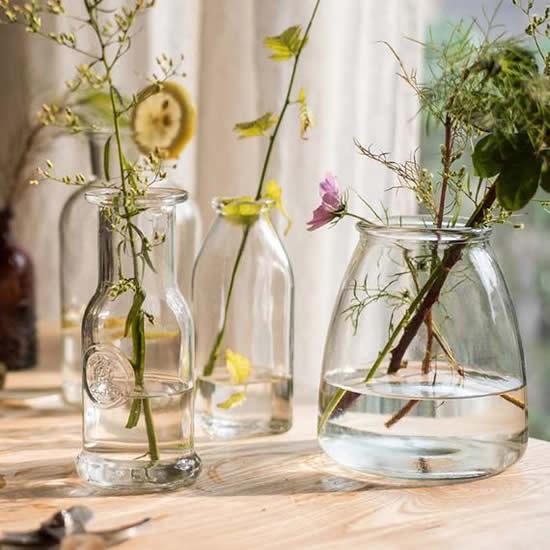Centro de mesa lindo com garrafas de vidro
