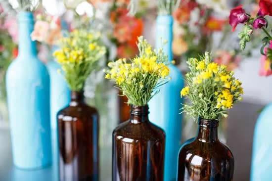 Crie centros de mesa com garrafas