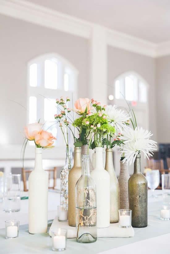 Lindo centro de mesa com garrafa