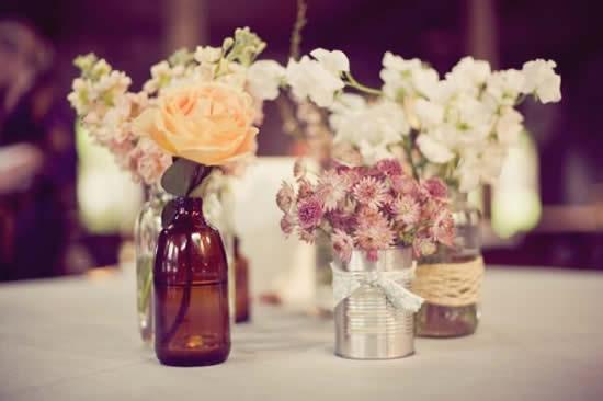 Arranjo com flores e garrafas
