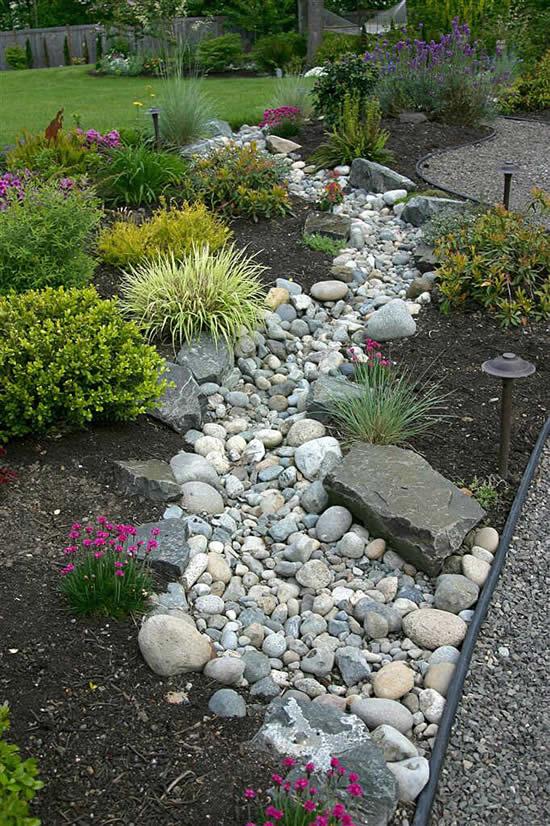 Caminho lindo para jardim com pedras