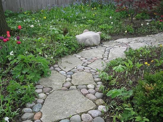 Caminho com pedras para jardim