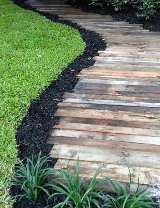 Caminho com madeira para jardim