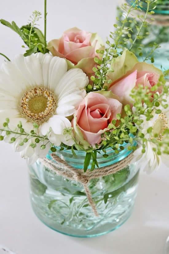 Arranjo floral em pote de vidro