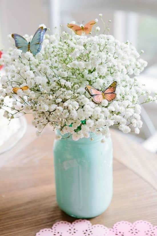 Pote de vidro com arranjo de flores