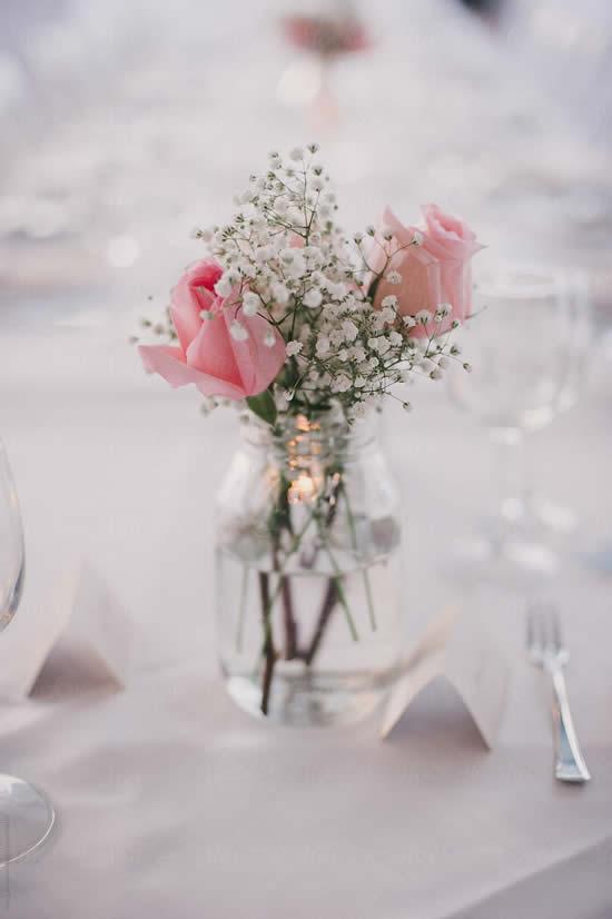 Pote de vidro com arranjo de flores mosquitinho
