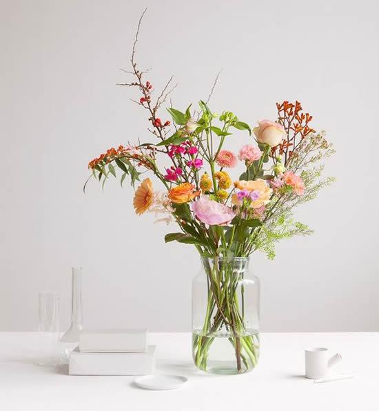 Arranjo de flores com reciclagem de potes
