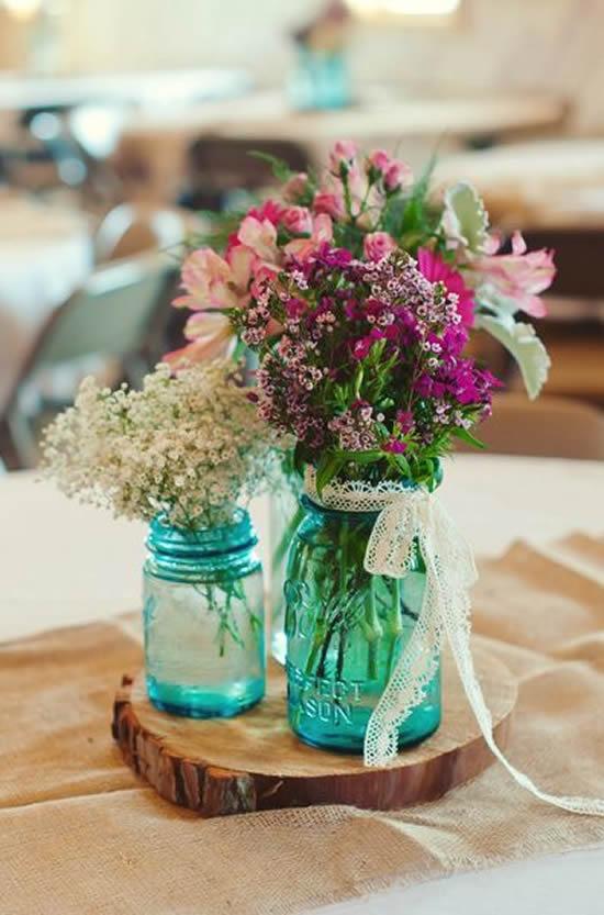 Lindos arranjos com flores e potes de vidro