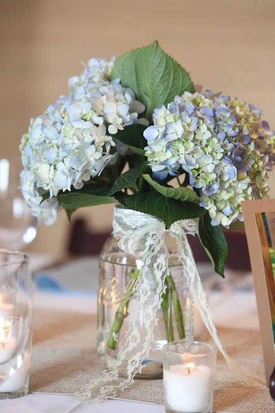 Arranjos de flores com potes de vidro