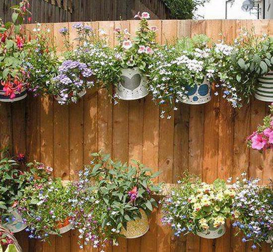 Vasos com latas para decoração de jardim