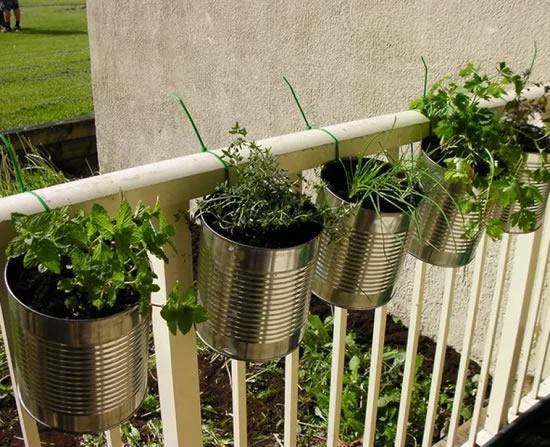 Decoração com latas para o jardim