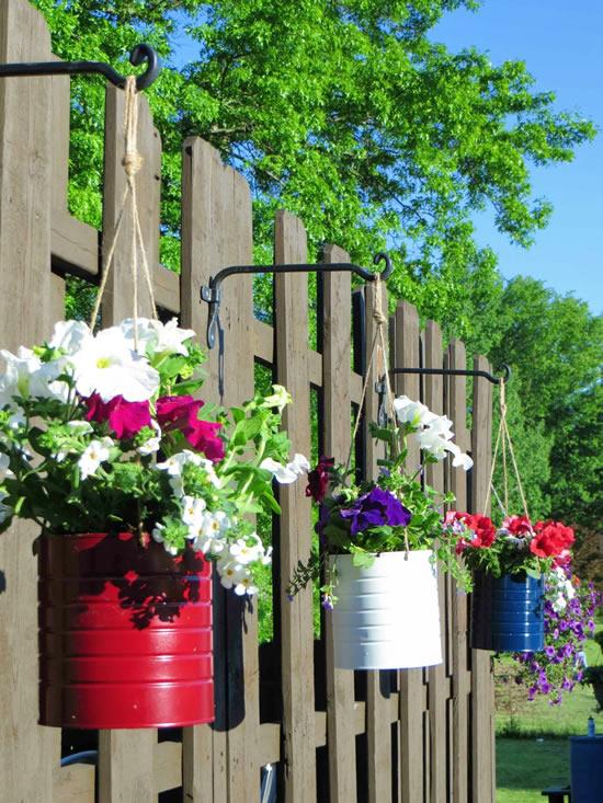 Vasos com latas para o jardim
