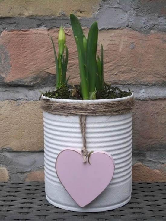 Decoração com vasos feitos de latas para casa