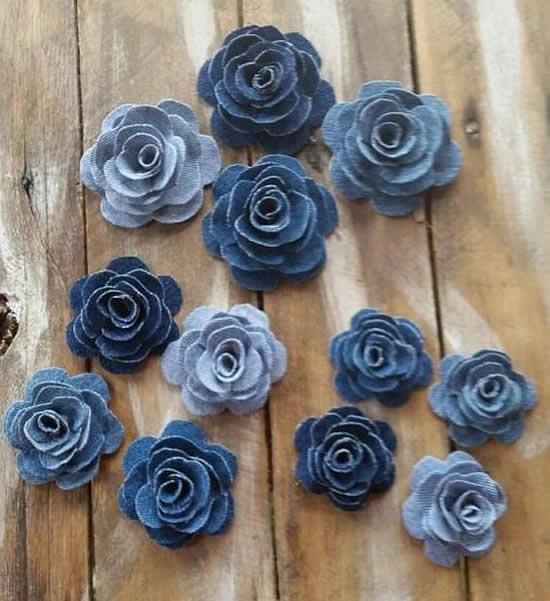 Flores lindas com tecido jeans