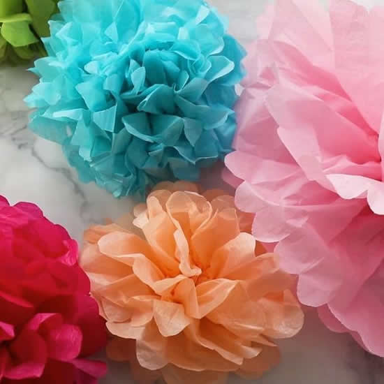 Crie enfeites com flores de papel seda