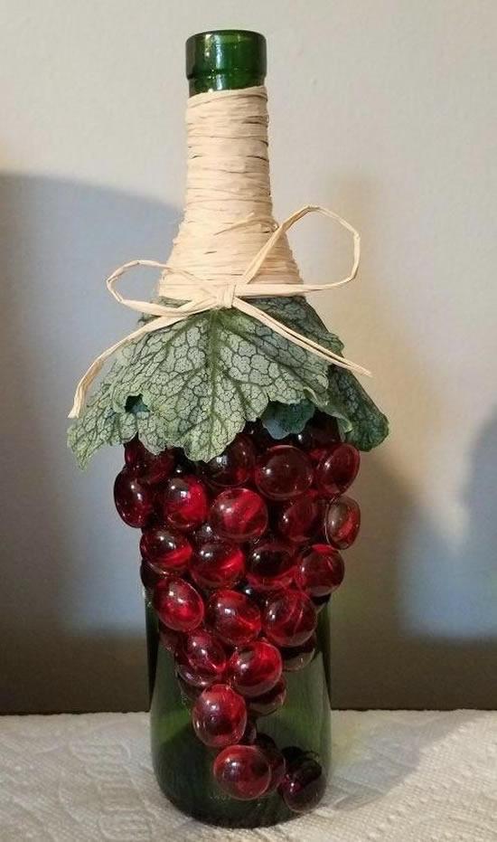 Lindas garrafas decoradas com cachos de uva