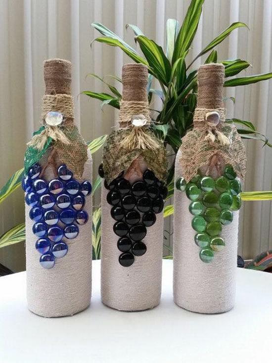 Garrafas com cachos de uva