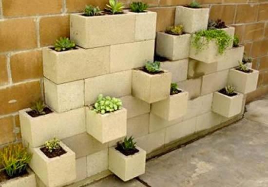 Linda decoração com vasos com blocos de concreto
