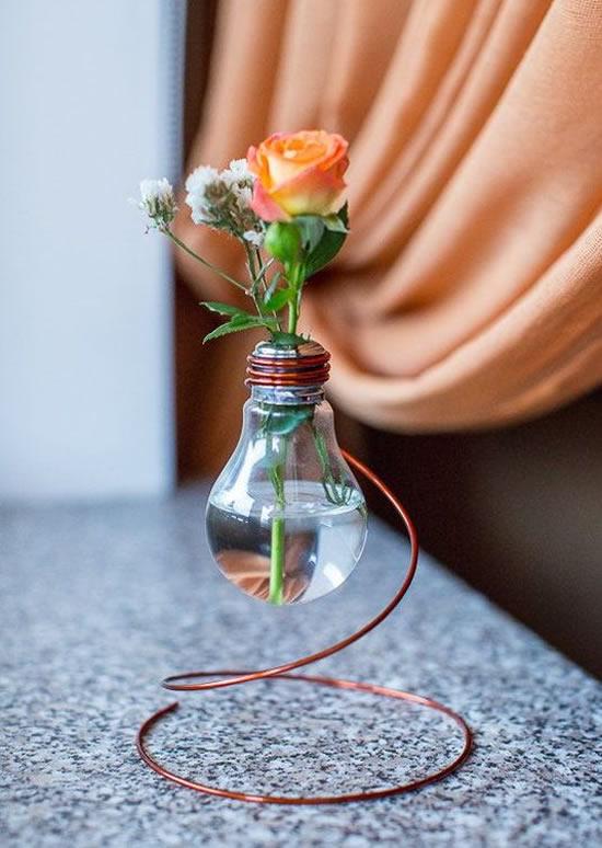 Vaso com lâmpada velha