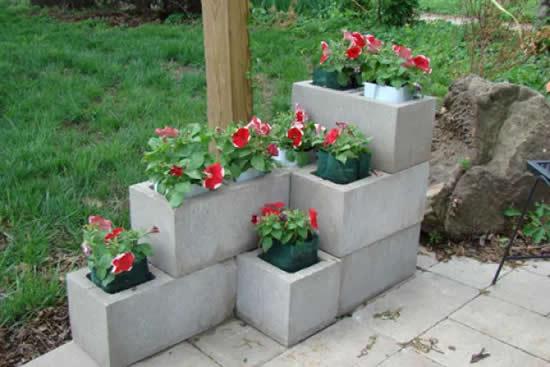 Vasos com blocos de concreto