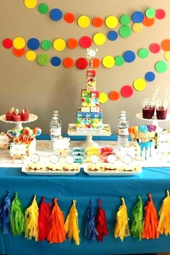 Decoração com papel colorido para Dia das Crianças