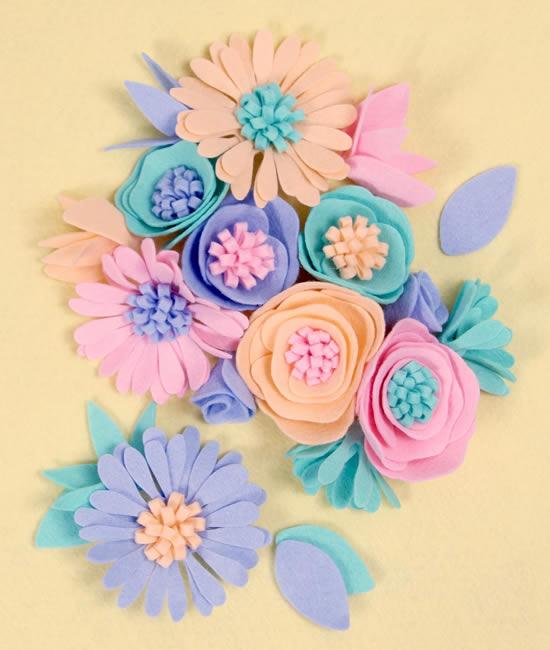 Flores coloridas de feltro