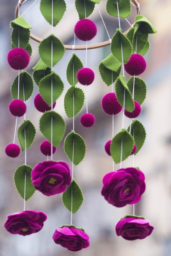 Móbile com flores de feltro