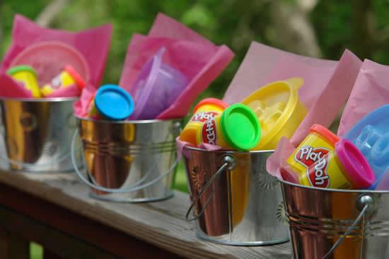 Lembrancinhas com baldes para o Dia das Crianças