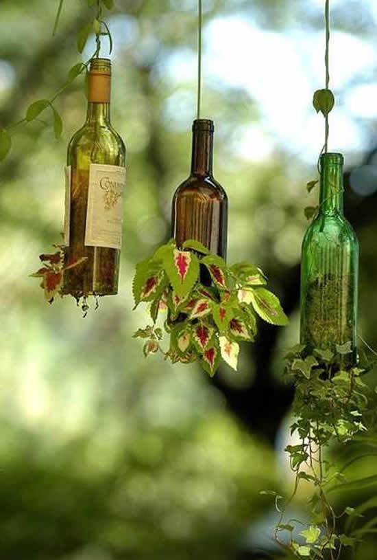 Vasos com garrafas de vinho
