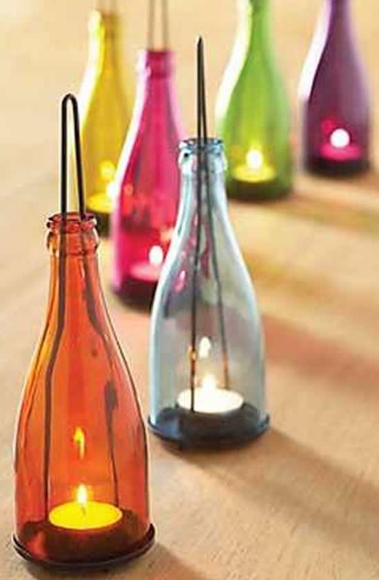 Luminária com vela e garrafa de vinho