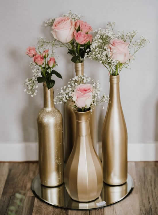 Centro de mesa com garrafas de vidro
