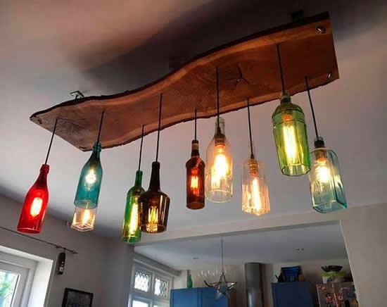 Luminárias com garrafas de vinho