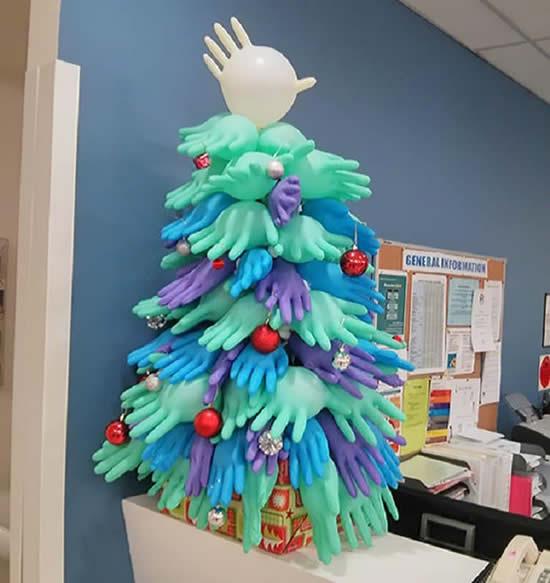Árvore de Natal com luvas latex para decoração