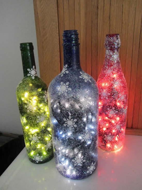 Enfeite de Natal com garrafas e pisca-pisca
