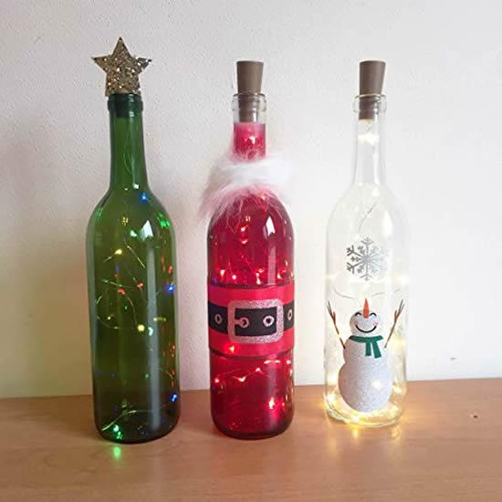 Enfeites com garrafas e pisca-pisca para o Natal