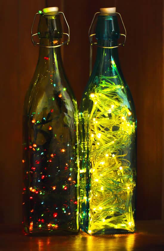 Linda decoração de Natal com garrafas e pisca-pisca