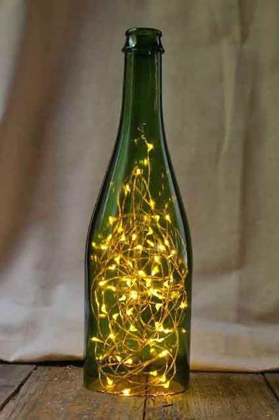 Enfeite com garrafa e pisca-pisca para Natal