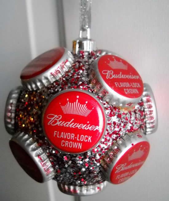 Bola de Natal decorada com tampinhas