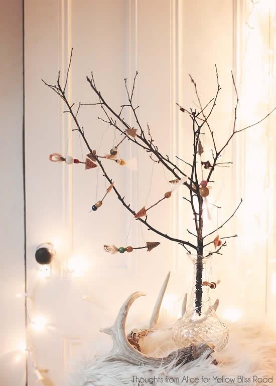 Árvore de Natal diferente com galhos secos