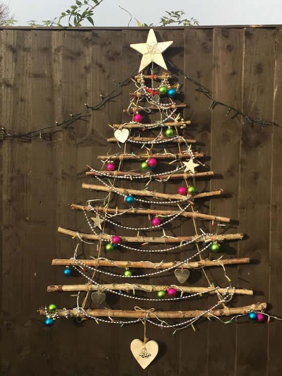 Árvore de Natal criativa com galhos secos
