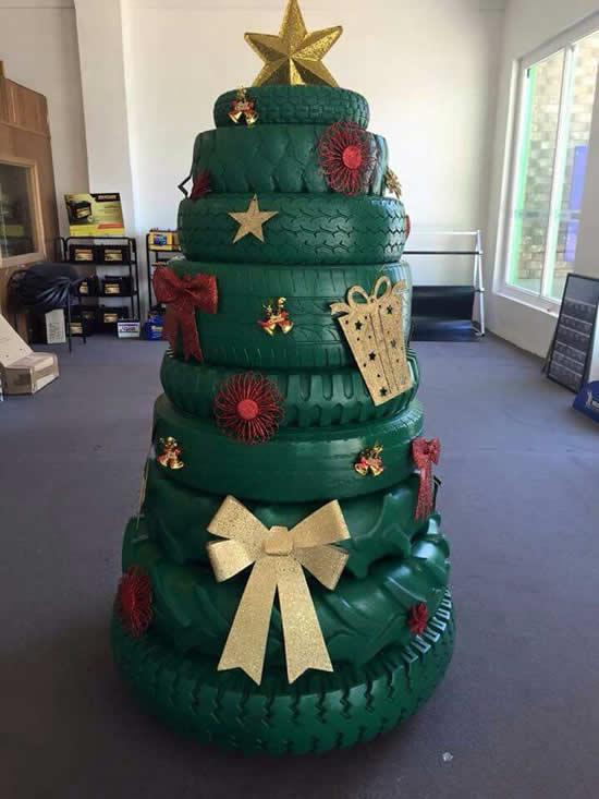 Árvore de Natal com pneus