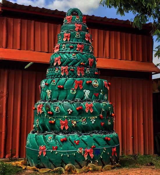 Decoração de Natal com árvore feita com pneus