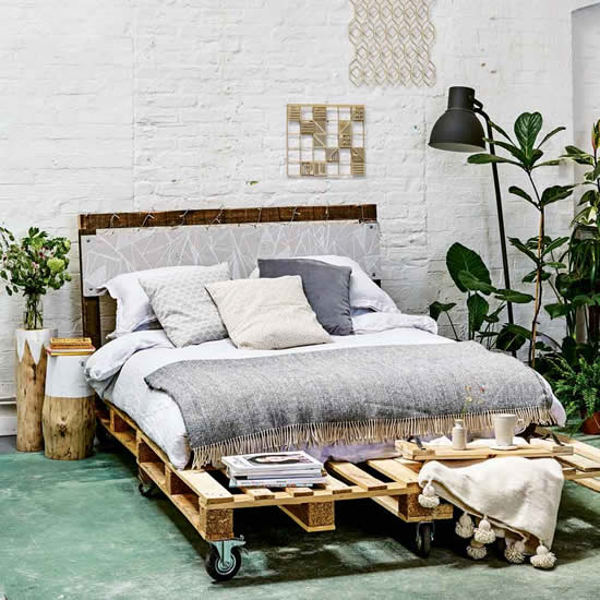 Decoração com cama de pallets de madeira