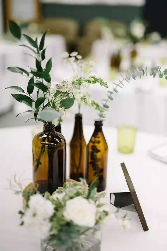 Faça centros de mesa com garrafas de vidro