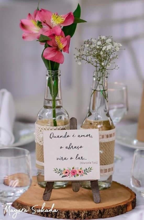 Faça centros de mesa com garrafas