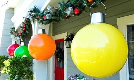 Decoração de Natal com bolas de festa